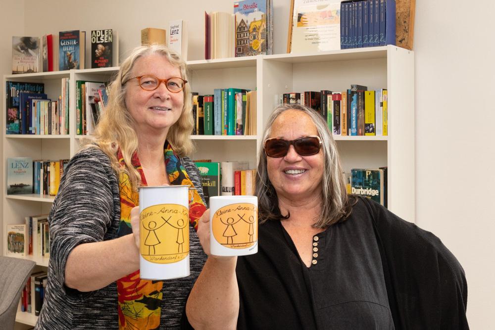 Marion Gurlit aus Wankendorf, und  Theresia Künstler aus Stolpe (rechts), haben ein Herz für den Kleine-Anna-Kreis, einen Verein für Kinderhilfe ein.