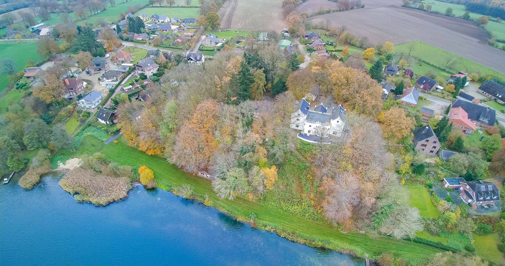 Mitten in Belau liegt das alte Schloss am Ufer des Sees.
