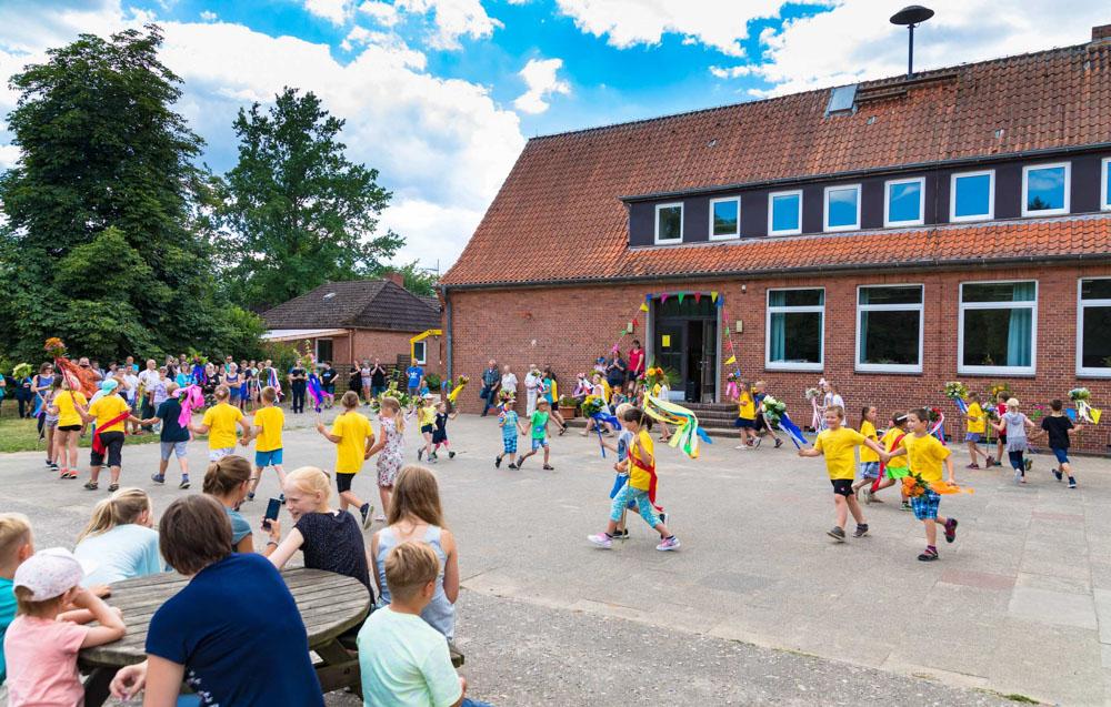 Polonaise der Grundschüler in Schipphorst, Gemeinde Rendswühren.
