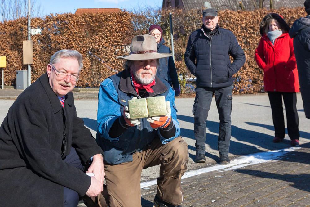 Stolpersteine als Mahnmal gegen den Nationalsozialismus mit dem  Künstler Gunter Demnig (rechts) und Stolpes Bürgermeister Holger Bajorat.