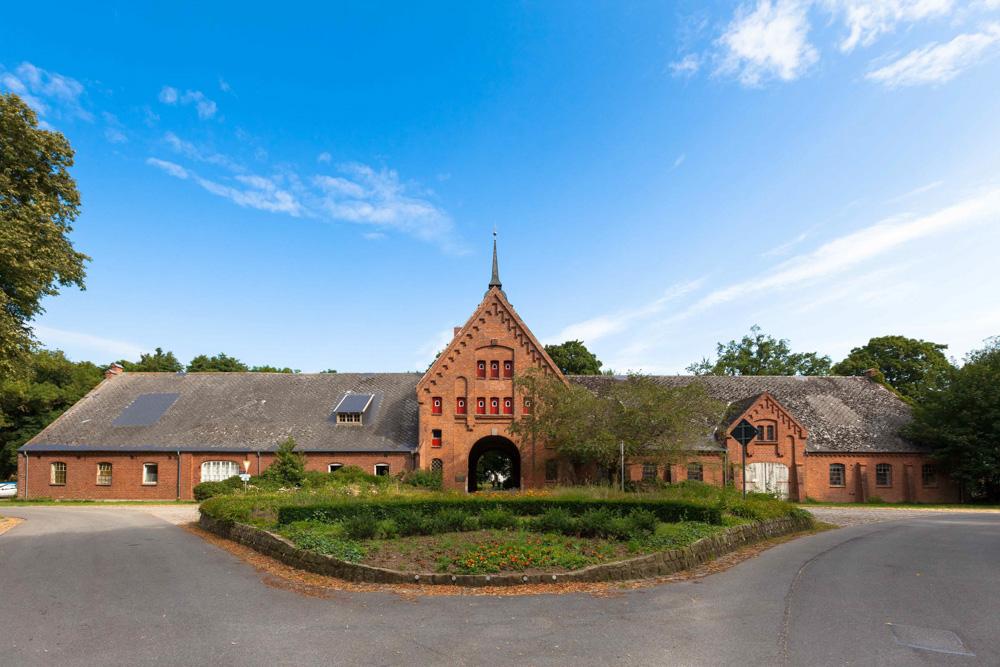 Das Zenkloster Schönböken ist neben der alten Lindenallee eines der markanten Wahrzeichen der Gemeinde Ruhwinkel.