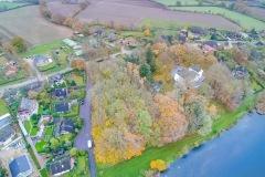 Mitten in Belau liegt das alte Schloss am Ufer des Sees.jpg