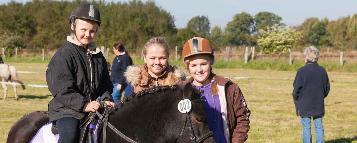 Begeisterte Pferdefreunde trafen sich zum 11. Ringreiten auf dem Brammer Hof