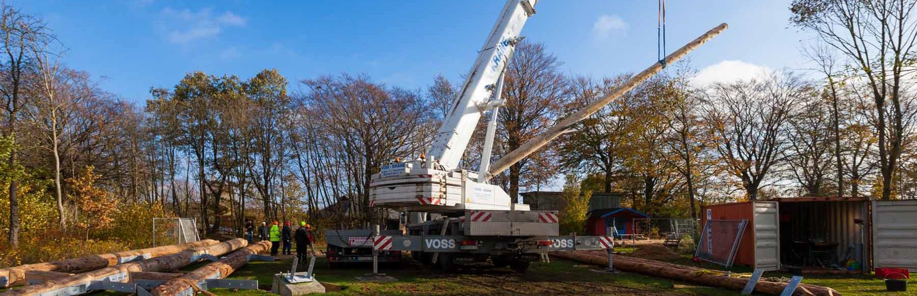 Der Trappenkamper Team Tower nimmt Gestalt an. Seit gestern ragt im Erlebniswald Trappenkamp der tonnenschwere Zentralstamm 30 Meter in die Höhe.