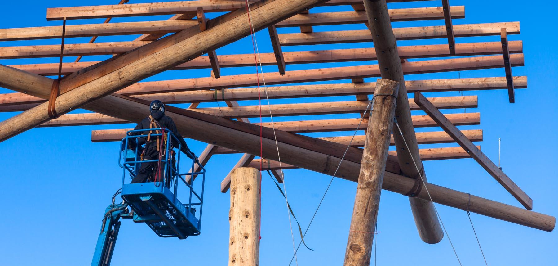 Das neue Wahrzeichen des Trappenkamper Erlebniswaldes wächst in die Höhe. Donnerstag hievte ein Autokran die letzte Plattform in die Höhe