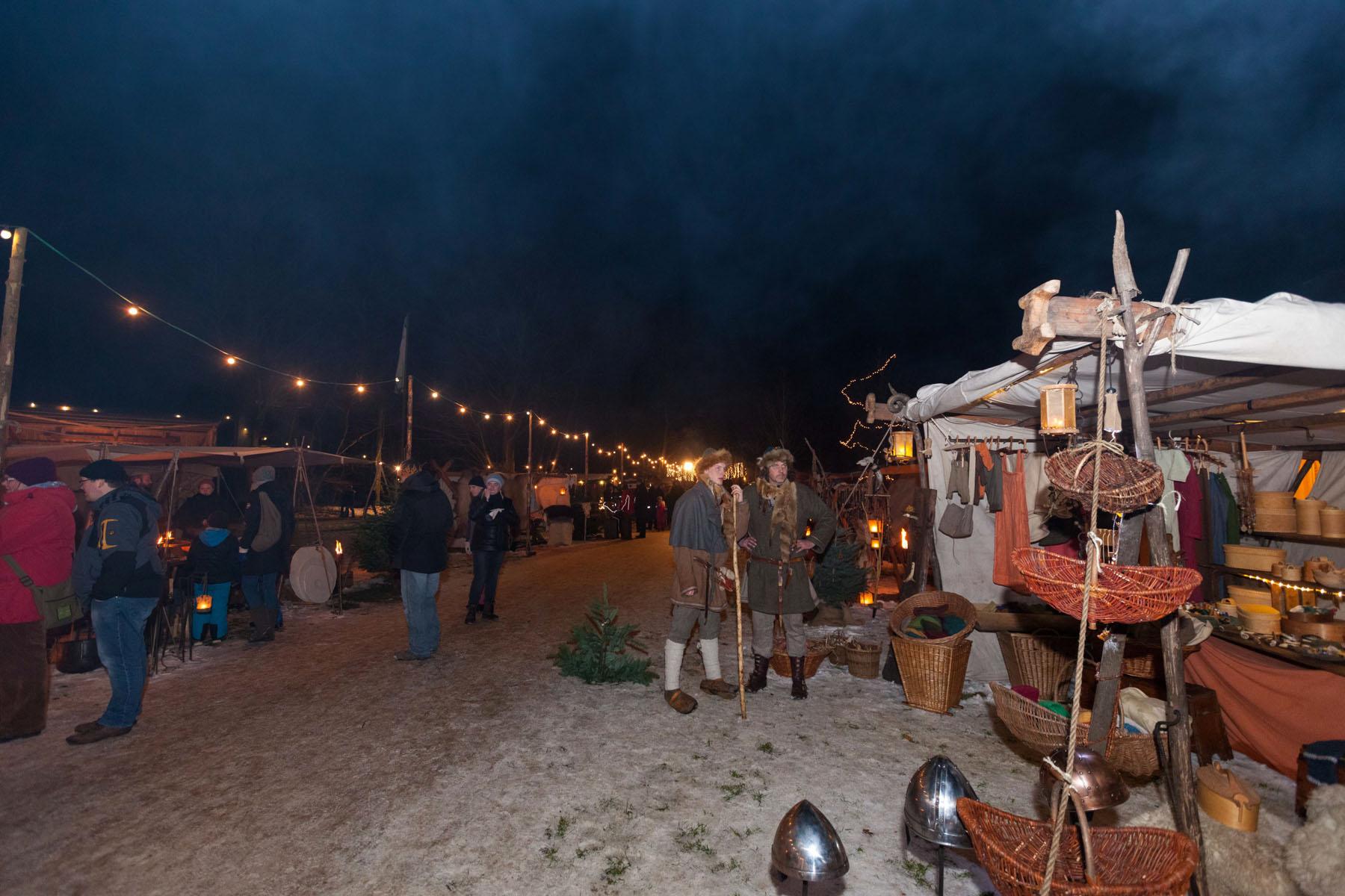 Besucher der 17. Waldweihnacht im Erlebniswald Trappenkamp erlebten eine verzauberte Waldlandschaft im Glanz unzähliger Lichter