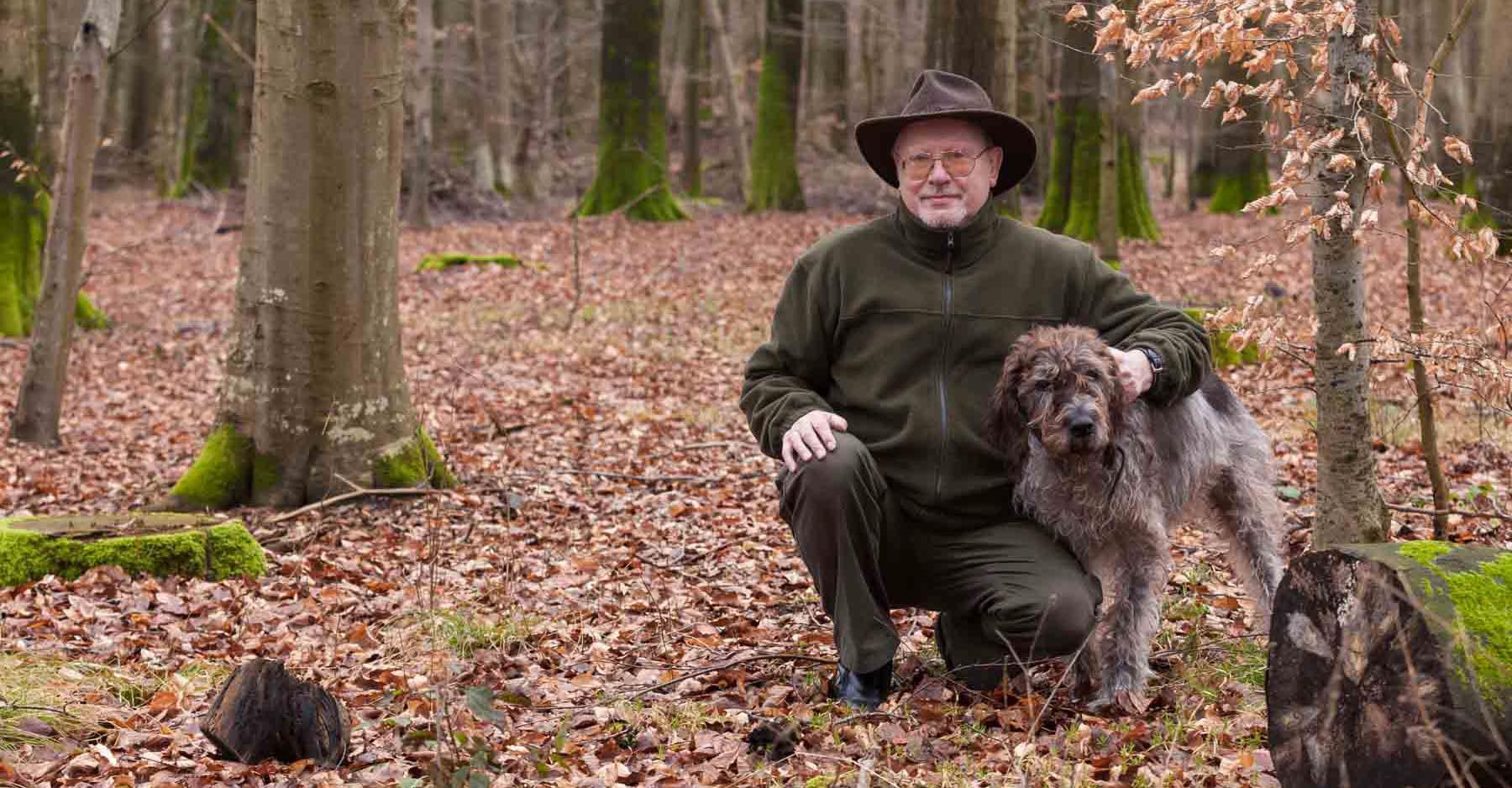 """Wölfe stehen hoch im Kurs. In seinem neuen Krimi """"Auf Wölfe schießt man nicht"""", nimmt der Boostedter Autor Heinz-Dietmar Lütje das Thema aufs Korn"""