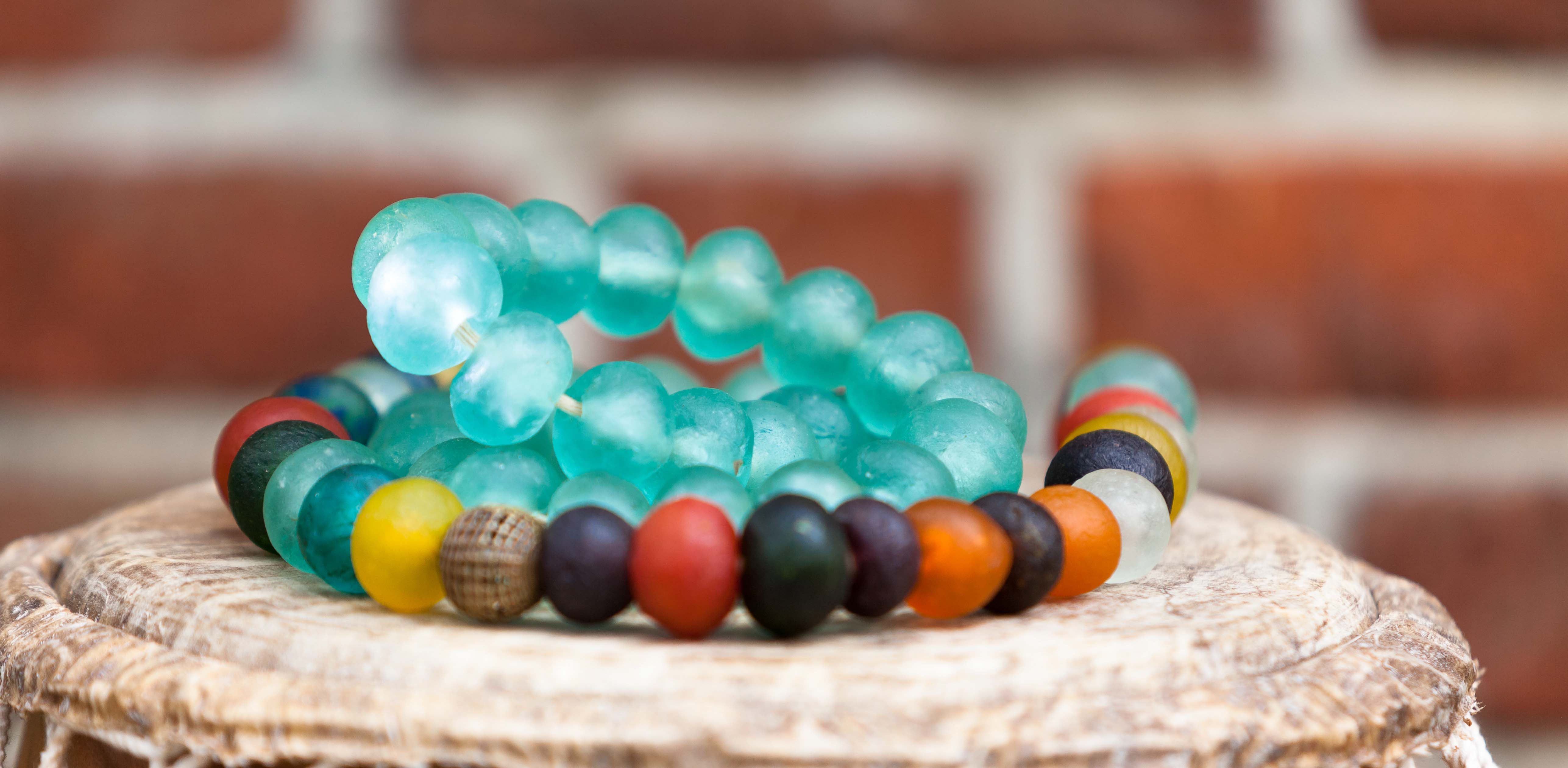 Afrikanisches Glasperlenfest in Großharrie mit Perlenmacher Oklah Teethe aus Ghana