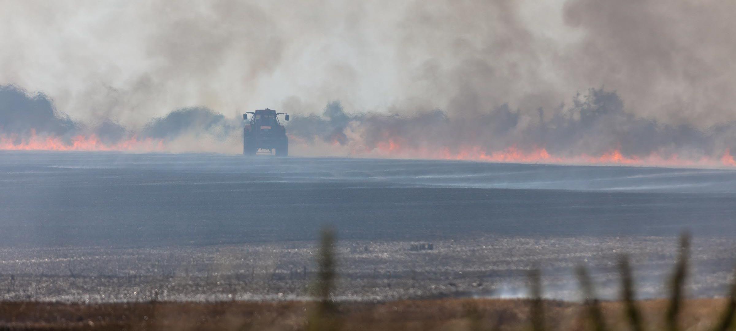 Ein Flächenbrand bei Großharrie im Kreis Plön hielt Feuerwehr und Landwirte auf Trab