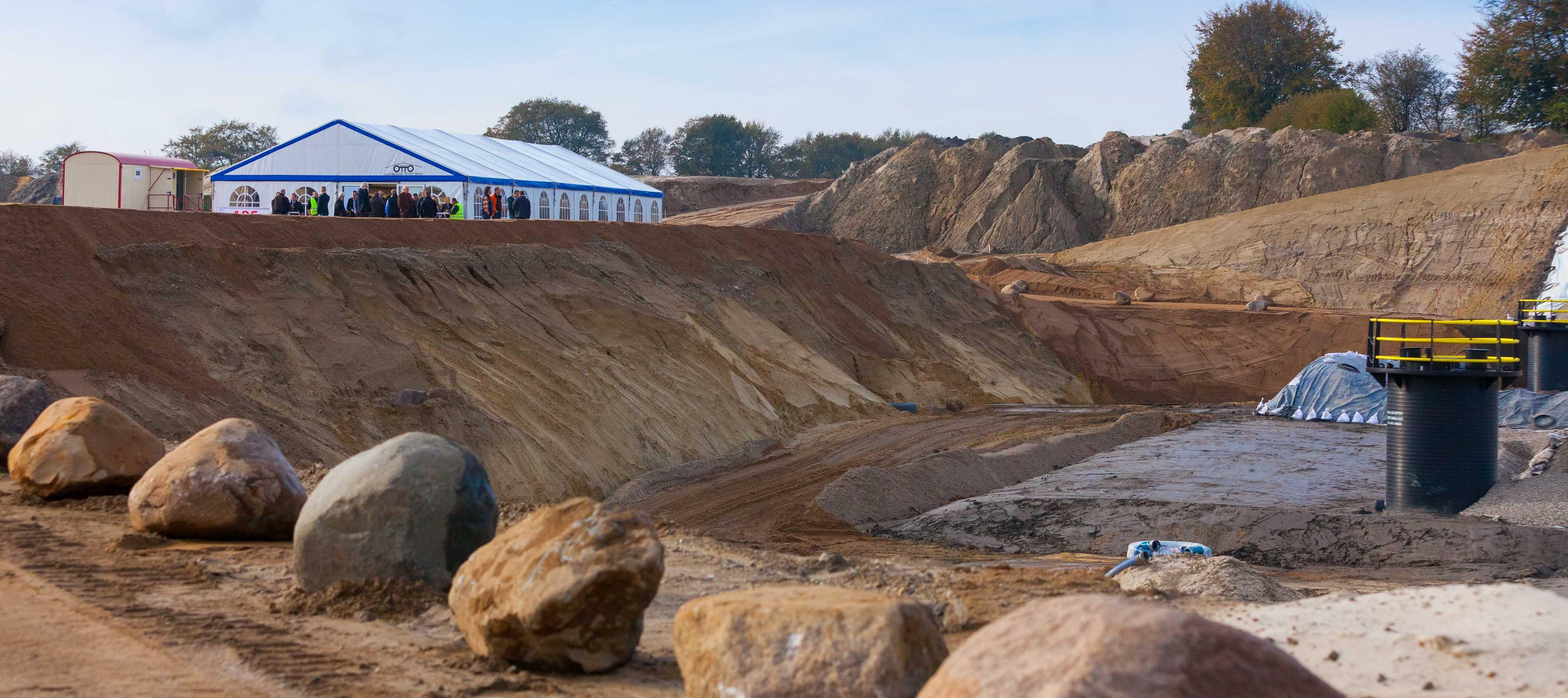 Gestern wurde in der Segeberger Gemeinde Tarbek Schleswig-Holsteins bislang größte  Deponie für schwach belastete Böden eröffnet