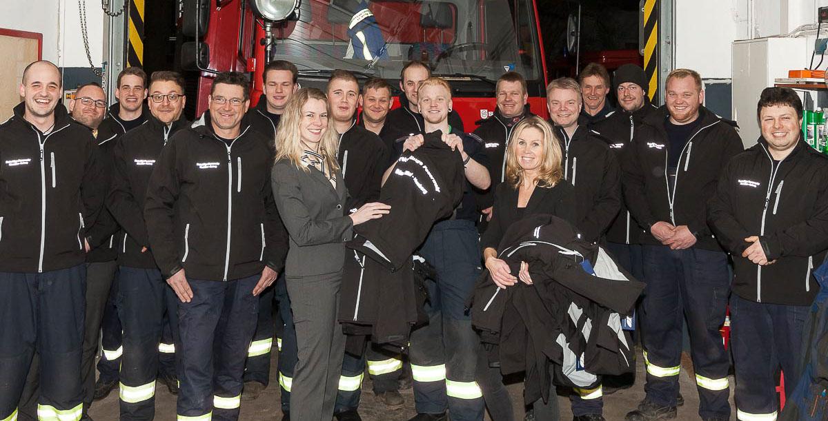In modernen Softshelljacken warm und trocken zum Antreten – die Freiwillige Feuerwehr Bönebüttel freute sich über eine besondere Spende