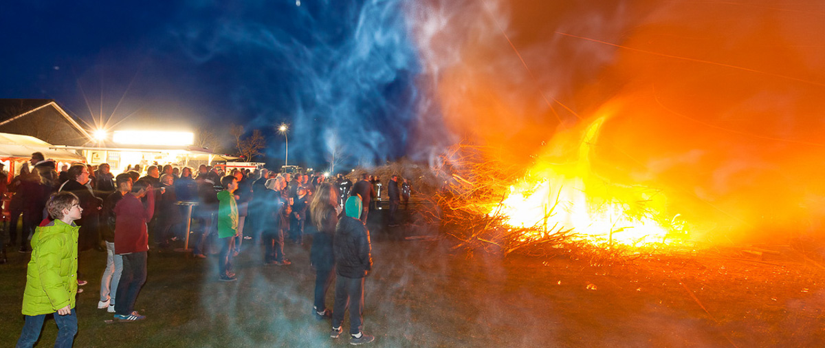Feuerwehr durfte erfolgreich zündeln. Das Bönebütteler Osterfeuer war ein voller Erfolg. Über 1400 Besucher waren gekommen
