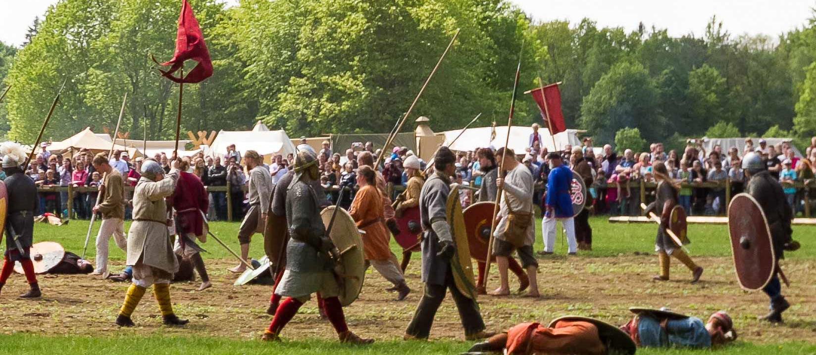 """Im Erlebniswald Trappenkamp tauchten Tausende Besucher in das Jahr 798 ein. Für ganz besondere Eindrücke zum Spektakel der """"Schlacht bei Suentana"""" sorgten fast 500 Kämpfer und ein eindrucksvolles Mittelalterlager"""