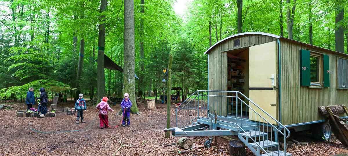 Der Bokhorster Waldkindergarten der Gemeinde Schillsdorf im Kreis Plön sucht ein neues Zuhause. Zwei Jahre Rangelei mit den Behörden um einen Aufenthaltswagen blieben ohne Erfolg