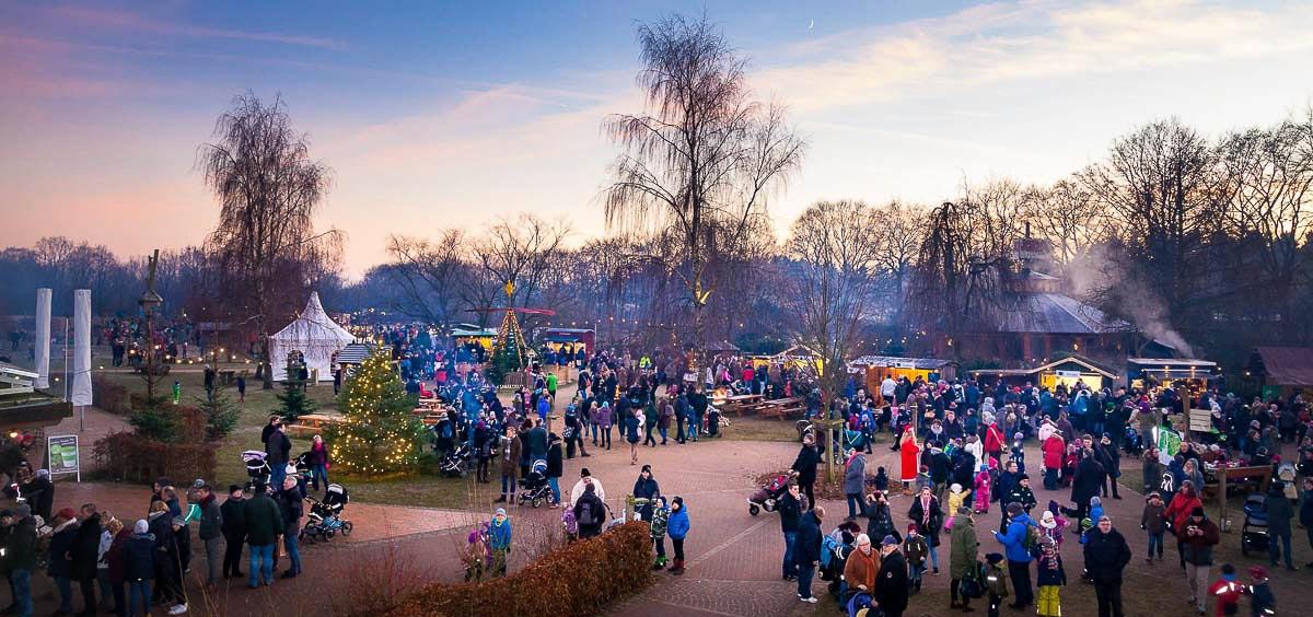 Neuer Besucherrekord! Raureif, Wintersonne und abendlicher Lichterglanz lockten bereits am Sonnabend einen rekordverdächtigen Besucheransturm zur Waldweihnacht in den Erlebniswald Trappenkamp