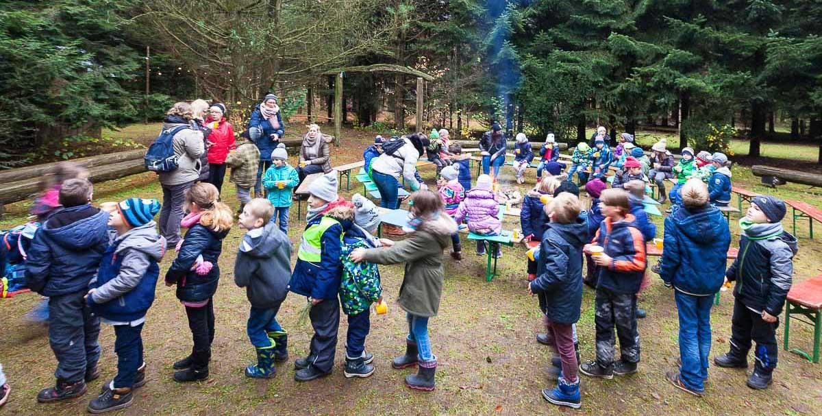 Mit der Miniwaldweihnacht für Grundschulen läutet der Erlebniswald Trappenkamp die Vorweihnachtszeit ein.