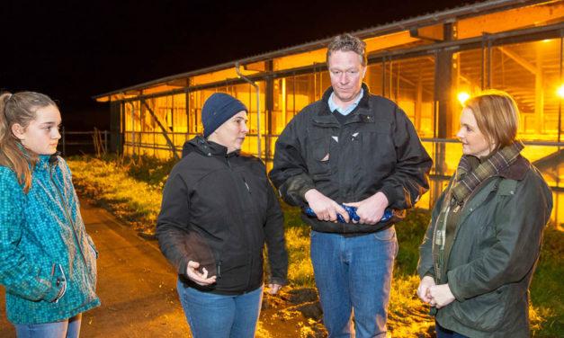 Staffelholzübergabe im Bezirksbauernverband Bokhorst. Heiner Staggen aus Schipphorst übergab die Leitung an den Schillsdorfer Landwirt Thomas Prien. Eine passende Gelegenheit, auch Politiker zum Hofgespräch einzuladen, fanden die beiden Landwirte.