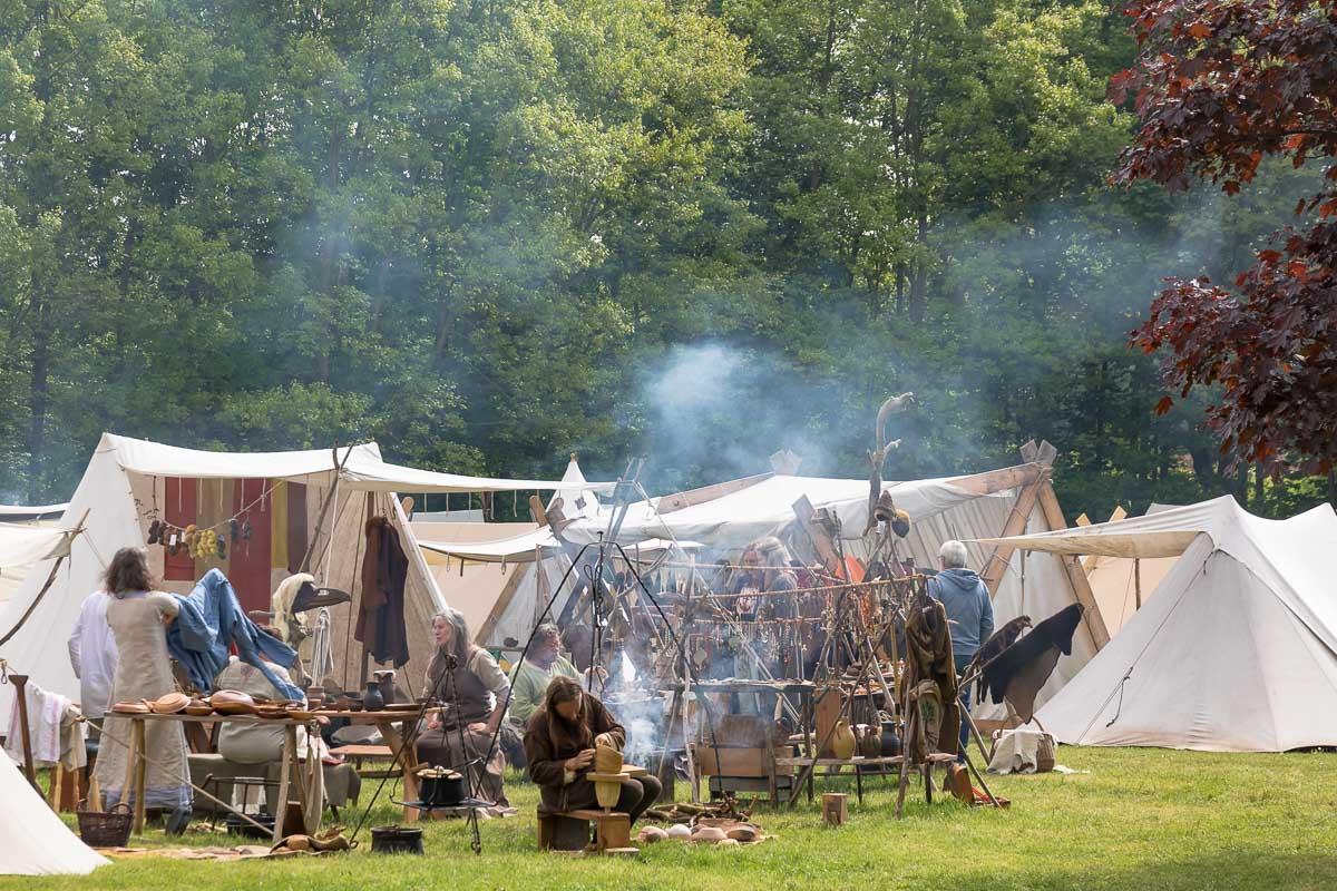 Am Wochenende gab es einen großen Mittelaltermarkt im Erlebniswald Trappenkamp. Dabei standen Lagerleben und Mitmachangebote statt Schlachtengetümmel im Vordergrund.