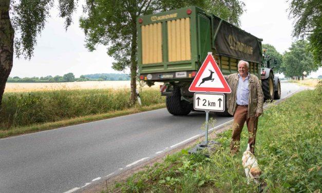 """Achtung Hirsche! Zwischen Großharrie und """"Brauner Hirsch"""" herrscht reger Wildwechsel. Spontane Hilfe kam von der Straßenmeisterei Stolpe."""