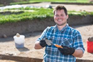 """""""So macht Buddeln richtig Spaß"""", scherzte Archäologiestudent Ties Heuer aus Kiel. Grabungsleiterin Dr. Jutta Kneisel hatte für ihre Studenten extra geschmiedete spanische Geologenkellen besorgt. Die sind standfester als Baumarktware und erleichtern die Arbeit, meinte die erfahrene Archäologin."""
