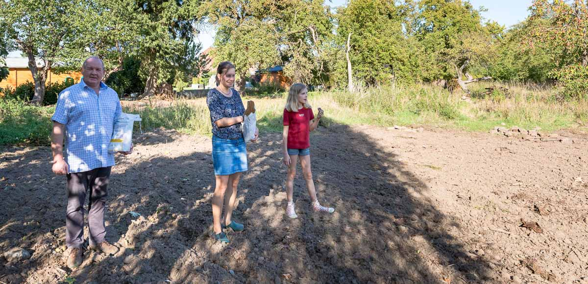 Schillsdorfer Bürger haben eine Patenschaft für den alten Apfelgarten am Kirchenweg übernommen.