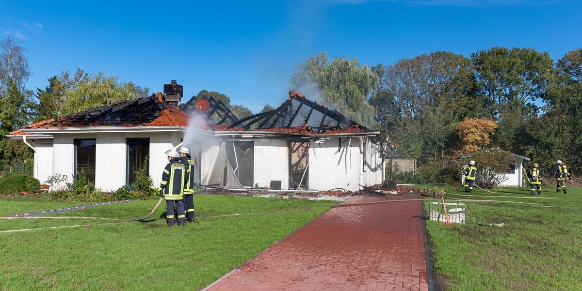 Heute Vormittag brannte die Bokhorster Kinderkrippe in Schillsdorf komplett ab. Die Kinder und Mitarbeiterinnen konnten das Gebäude unverletzt verlassen.
