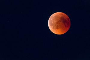Roter Mond. Wem ein Blick auf den Mond nicht genügt, der ist gut beraten Kontakt zu einer Gruppe alter Hasen wie aus der Sternwarte Neumünster zu suchen.