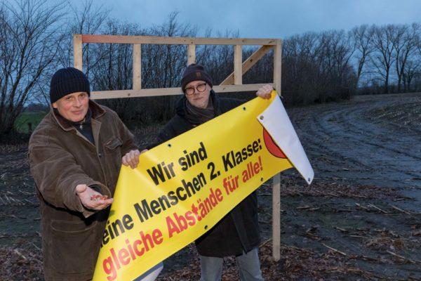 """""""Das war richtig dreist"""", sagen Hans-Jürgen Schnack und (links) und Knut Heinzel. So und ähnlich sahen die auffälligen Banner aus, die sogar mit Sechskantschrauben gesichert waren."""