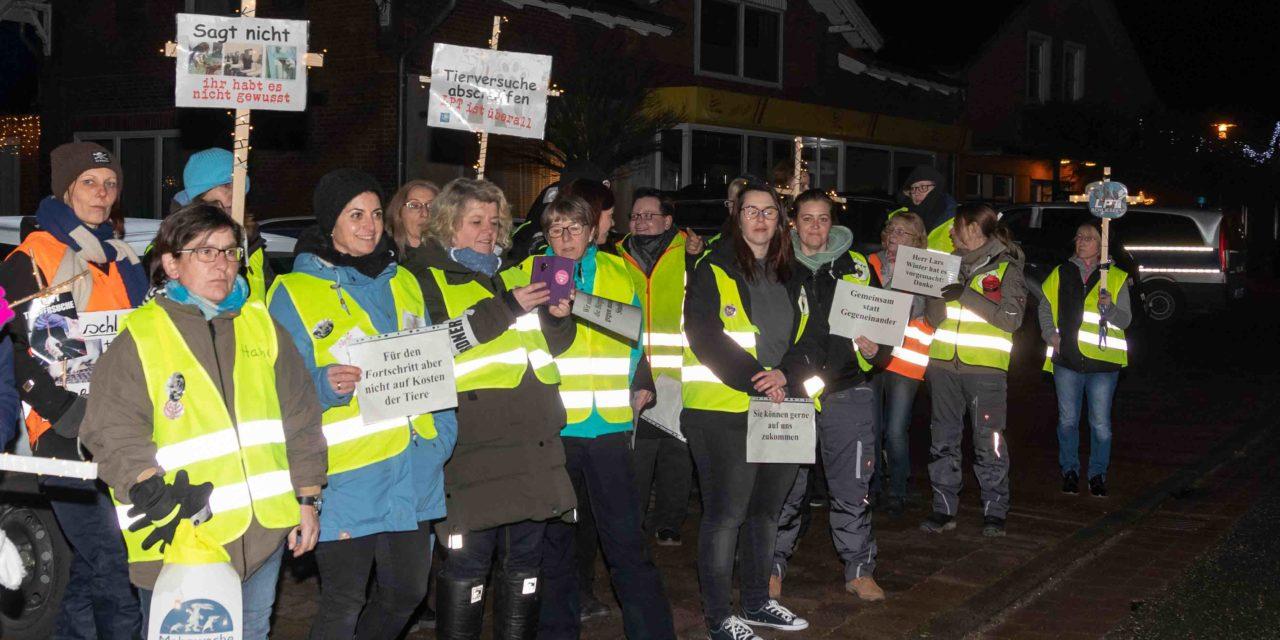 Tierschützer protestieren gegen das Tierversuchslabor LPT auf Gut Löhndorf. Wankendorfer Politiker schweigen! Lediglich die Grünen nehmen sich des Themas an.