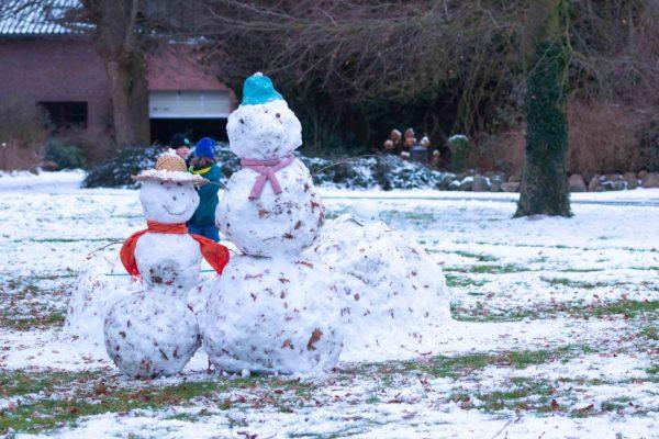 Endlich Schneemänner bauen. Die Kinder hatten ihre Freude am einsetzenden Winterwetter mit Schnee.