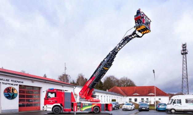 Trappenkamper Feuerwehrleute dürfen hoch hinaus. Seit Freitag, 12. März, steht dort ein neues Fahrzeug mit Drehleiter zum Einsatz bereit.