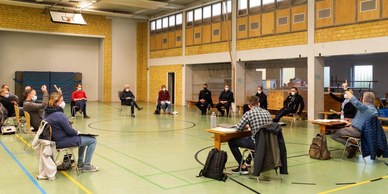 Jugendliche im blauen Rock. Bönebütteler wollen eine Kinder- und Jugendfeuerwehr gründen.